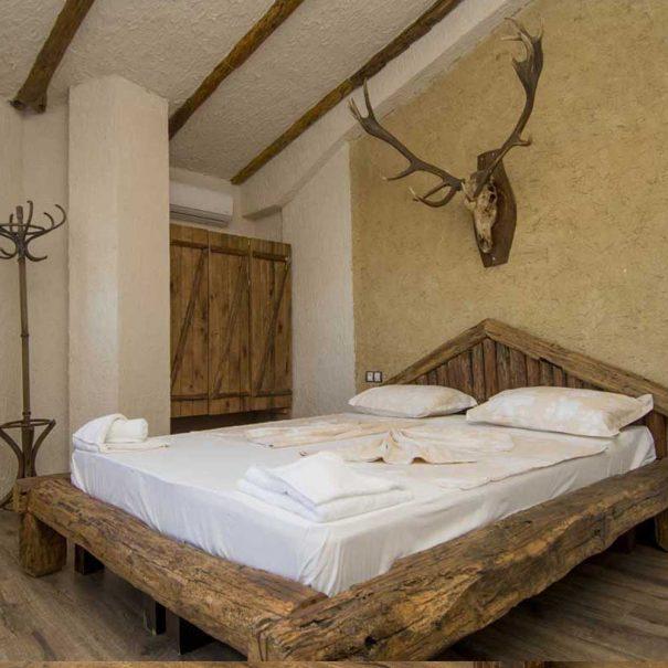 Легло във ВИП стая.