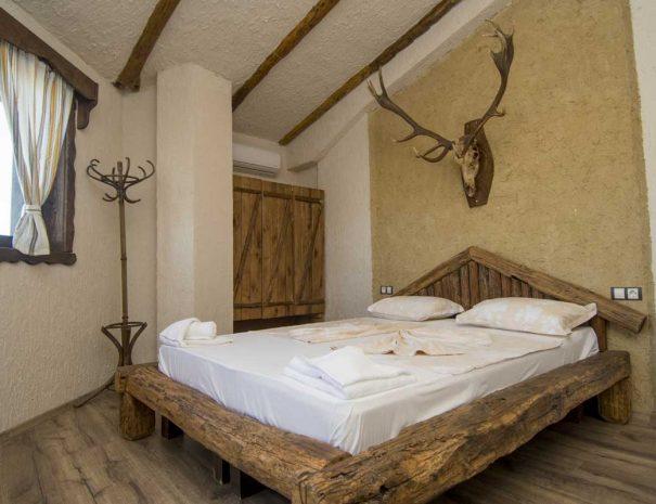 Легло с еленски рога над него.
