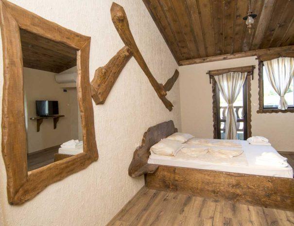 Спалня и огледало с дървени рамки.