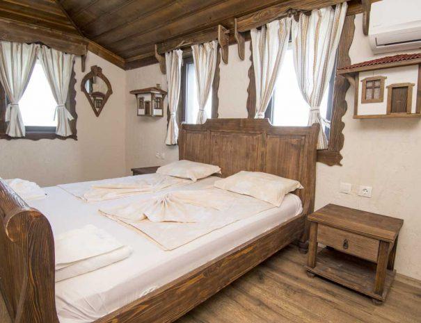 Двойно легло с нощни шкафчета в стая за нощувки.