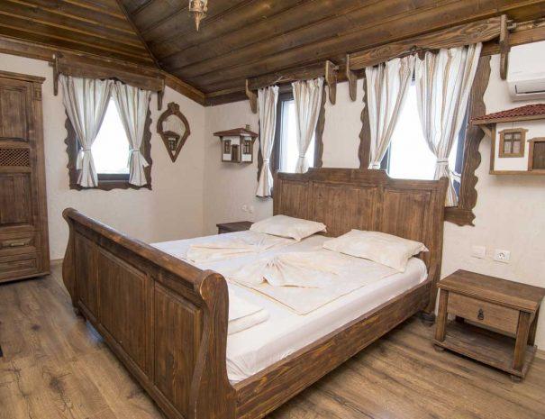 Спалня с обзавеждане от масивно дърво.