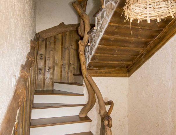 Дървено извито стълбище.