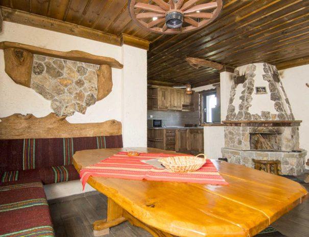 Трапезария с дървен миндер и камина.