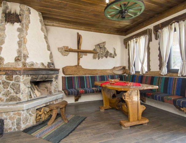 Трапезария с миндер и камина.