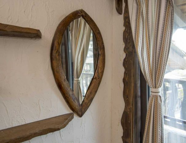 Огледало с ръчно изработена дървена рамка.