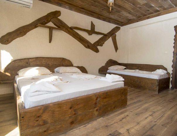 Двойна спалня и единично легло в тройна стая на комплекса.