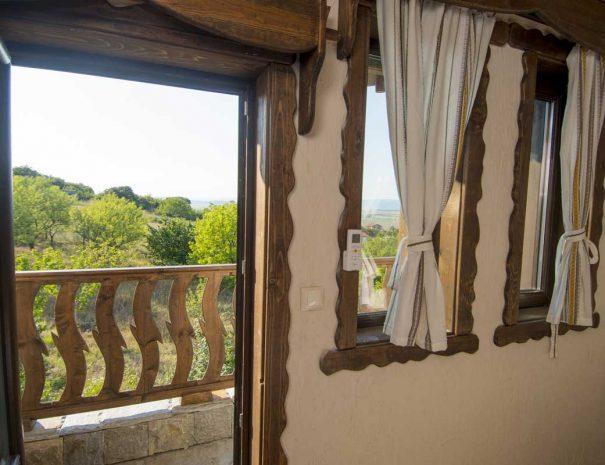 Прозорец и тераса с гледка към гора.