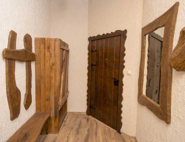 Входна врата , закачалка и гардероб.
