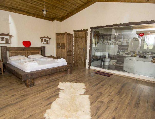 Спалня с легло и гардероб във ВИП къща.