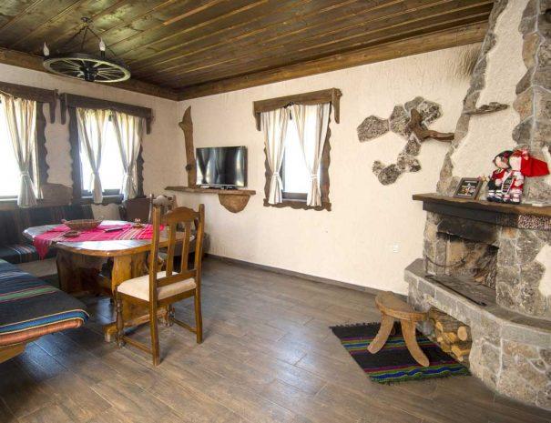 Трапезария с маса и столове във ВИП къща.